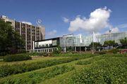 Abbildung: Im Grünen: Mercure Hotel Dortmund Messe & Kongress mit Rosenterassen.